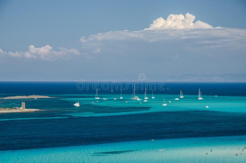 Mar raso com os barcos, Sardinia imagens de stock
