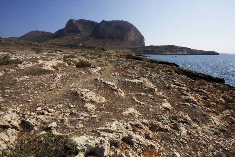 Mar, rochas e Santa Caterina Mountain Favignana Sic?lia, Italy foto de stock royalty free