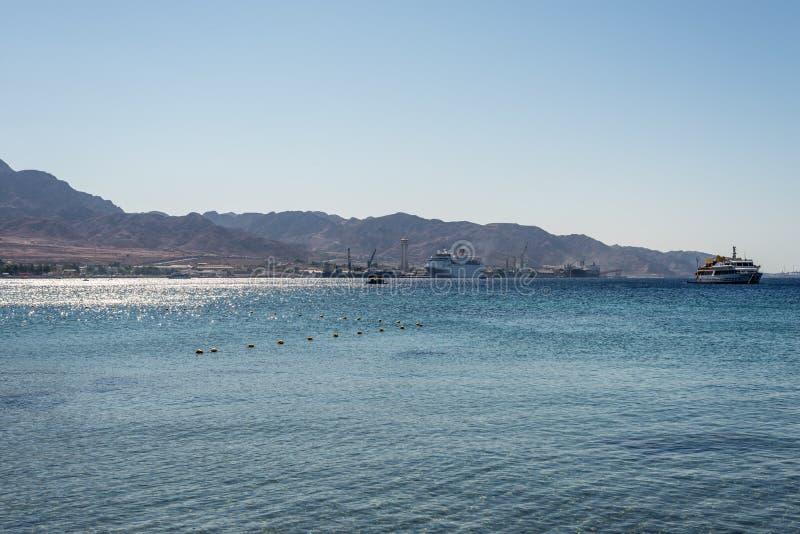 Mar Rojo en el puerto de Aqaba, Jordania foto de archivo libre de regalías