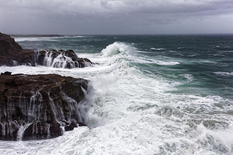 Mar selvagem na costa rochosa imagem de stock royalty free