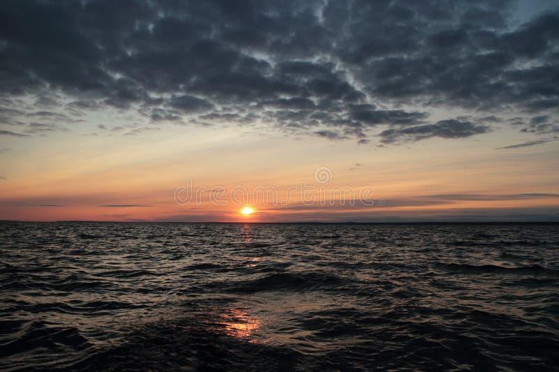 Mar severo de la puesta del sol púrpura fotografía de archivo libre de regalías