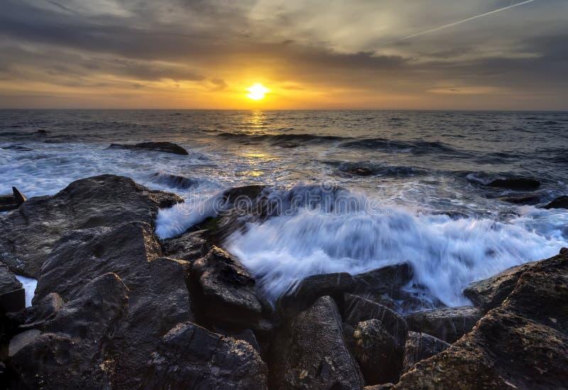 Mar tormentoso com o céu colorido do nascer do sol fotos de stock royalty free
