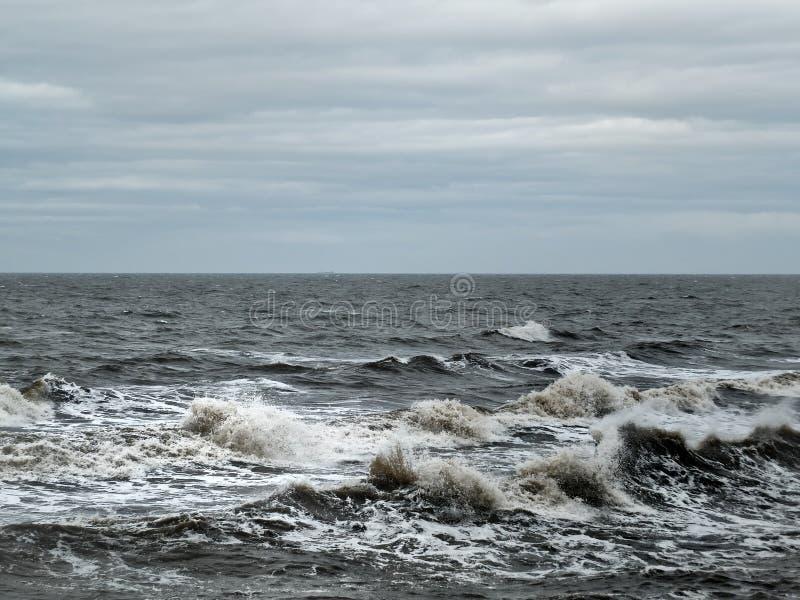 Mar tormentoso com ondas da obscuridade e ressaca com um céu cinzento do inverno foto de stock royalty free