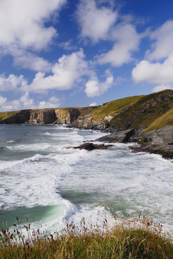 Mar tormentoso, costa de Trebarwith, Cornualha, Reino Unido. fotos de stock
