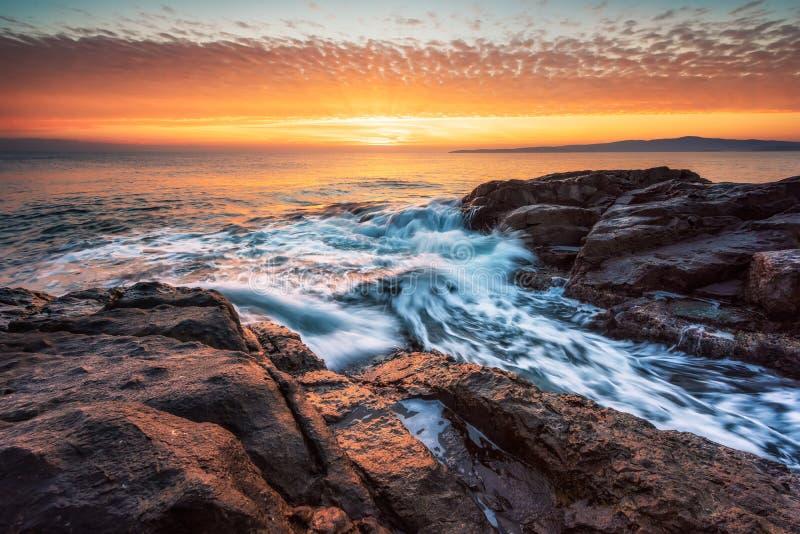 Mar tormentoso na costa do Mar Negro imagem de stock