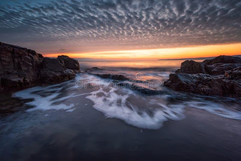 Mar tormentoso no litoral rochoso imagens de stock