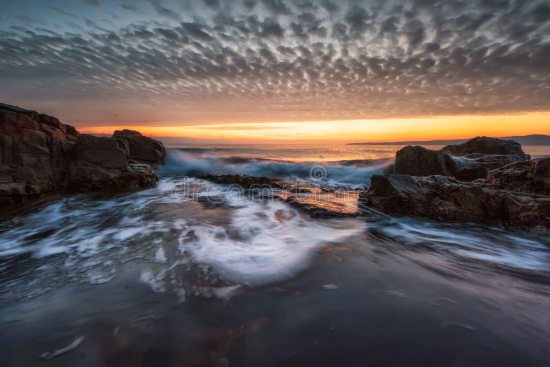Mar tormentoso no litoral rochoso imagem de stock