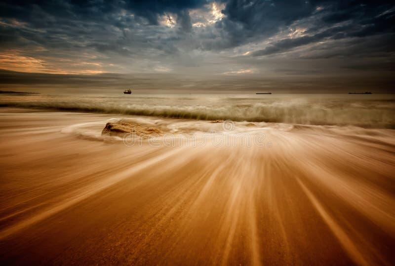 Mar tormentoso no nascer do sol foto de stock royalty free