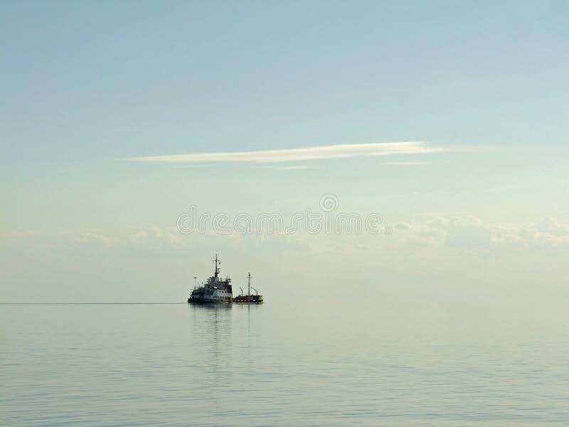 Mar tranquilo de la mañana con la nave imagenes de archivo