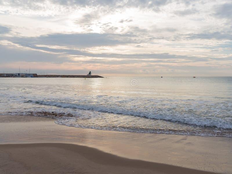 Mar tranquilo en el amanecer foto de archivo libre de regalías