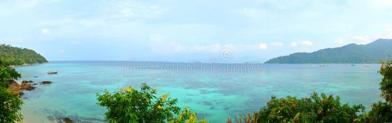 Mar tropical da praia bonita do panorama imagens de stock royalty free