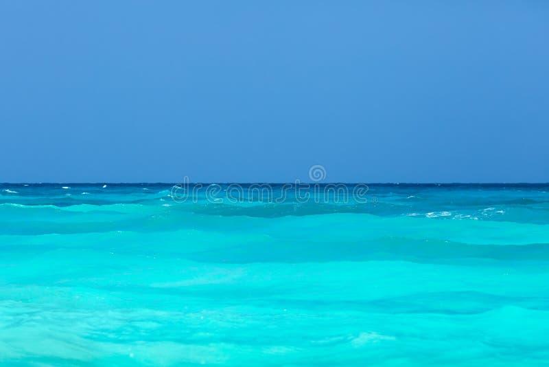 Mar tropical de la turquesa y cielo azul imagenes de archivo