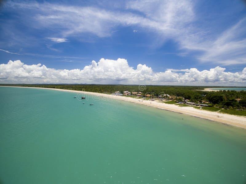 Mar verde de la visión aérea en una costa brasileña de la playa en un día soleado en Corumbau, Bahía, el Brasil En febrero de 201 imagen de archivo