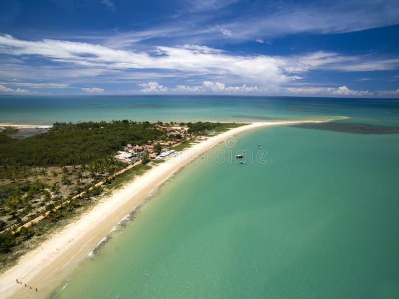Mar verde de la visión aérea en una costa brasileña de la playa en un día soleado en Corumbau, Bahía, el Brasil En febrero de 201 fotografía de archivo