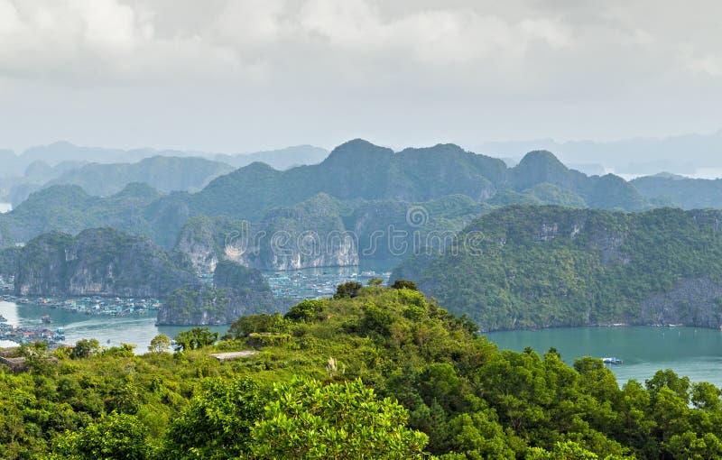 Mar Vietnam del sur de China de las montañas de las islas de la bahía de Halong de la visión aérea Sitio Asia fotografía de archivo