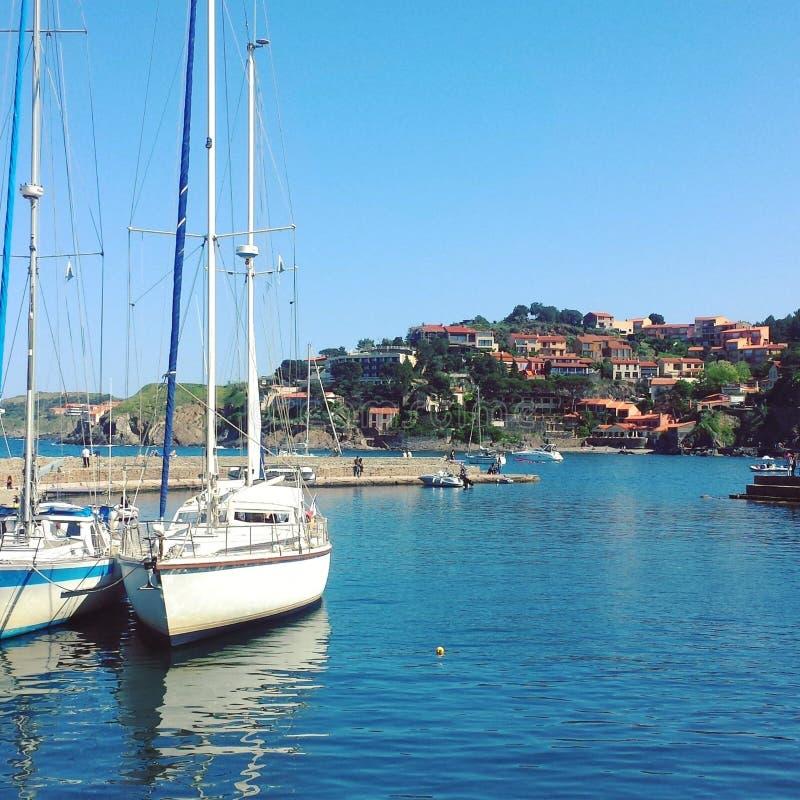 Mar y barco de navegación en Collioure fotos de archivo