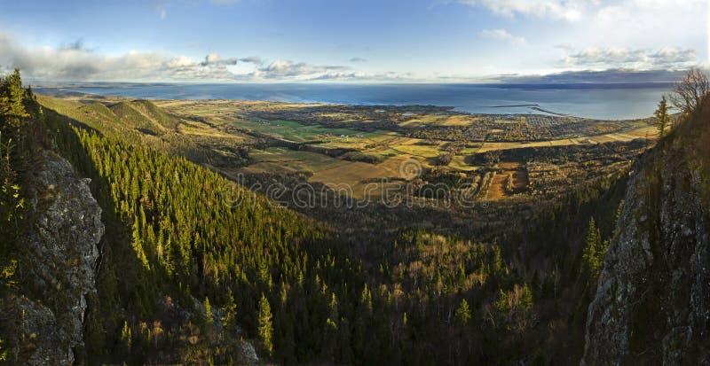 Mar y bosque del Mountain View de St-José imagen de archivo