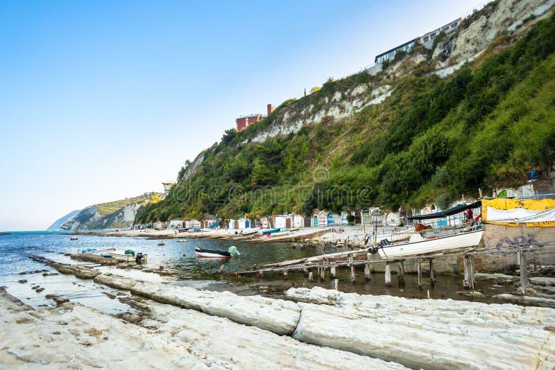 mar y casas barco en Ancona, Italia imagen de archivo libre de regalías