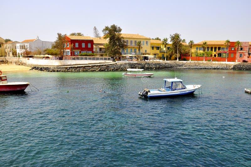 Mar y casas en la isla de Goree, Senegal foto de archivo