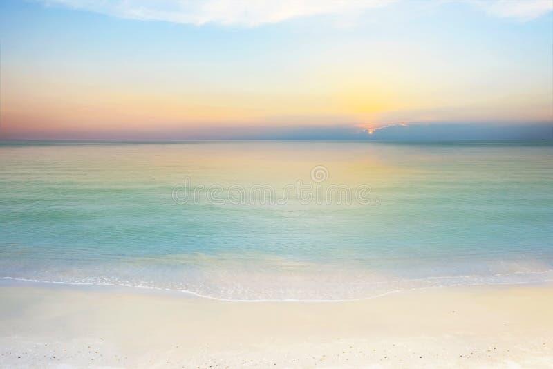 Mar y cielo en la puesta del sol foto de archivo