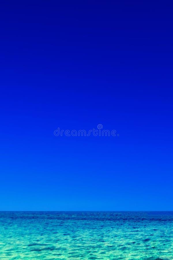 Mar y cielo tropicales hermosos - concepto del fondo de la escena del verano fotos de archivo