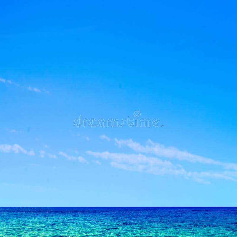 Mar y cielo tropicales hermosos - fondo de la escena del verano foto de archivo libre de regalías