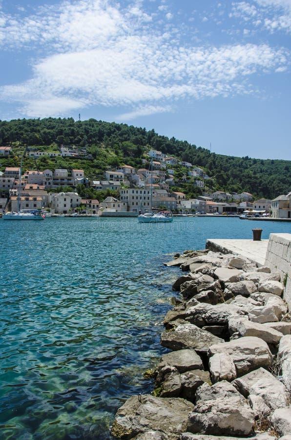 Mar y ciudad azules foto de archivo