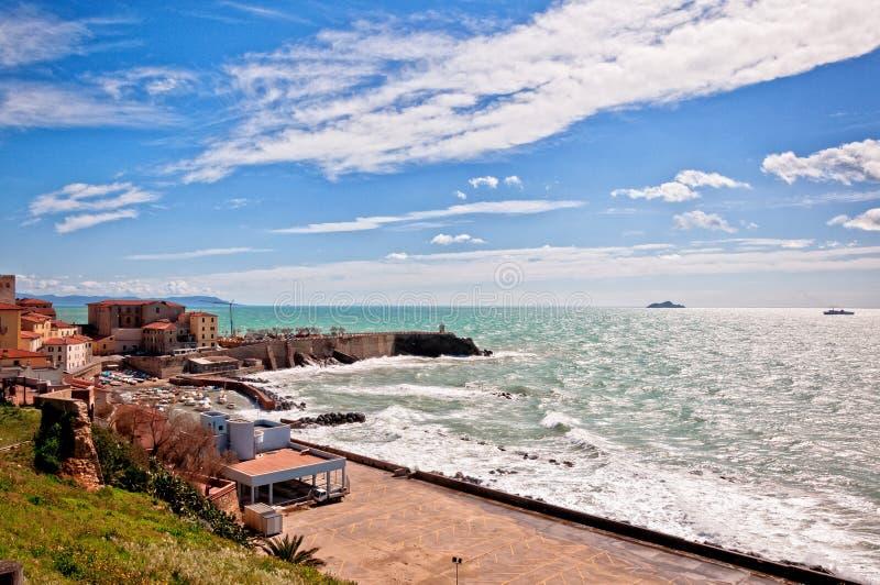 Mar y costa costa en Piombino, Toscana - Italia fotografía de archivo libre de regalías