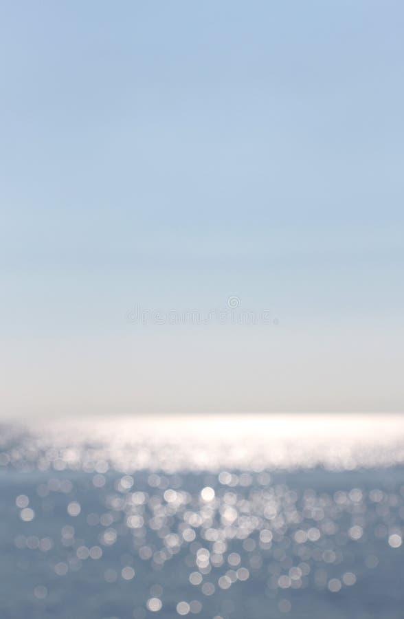 Mar y horizonte, borrosos, con reflexiones del agua foto de archivo