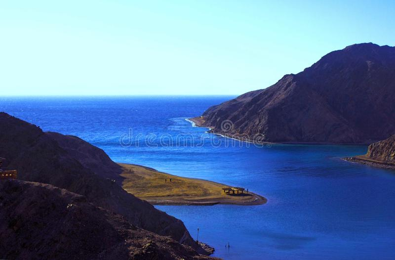 Mar y montaña foto de archivo libre de regalías