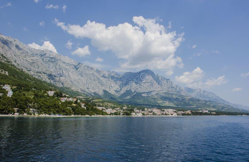 Mar y montaña azules foto de archivo