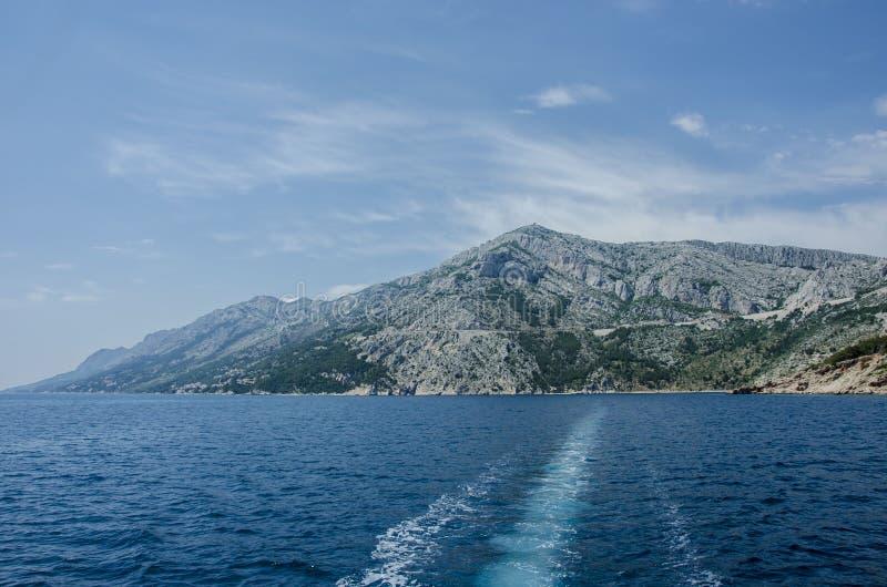 Mar y montaña azules fotos de archivo libres de regalías