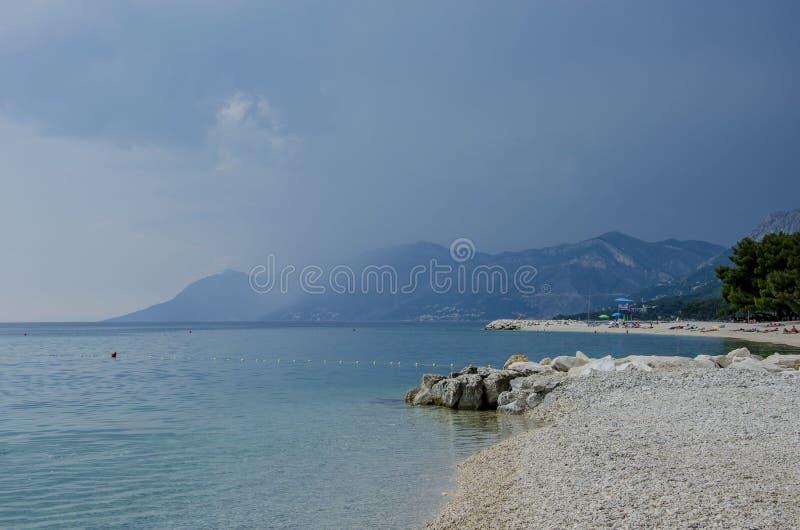 Mar y montaña azules imagen de archivo libre de regalías