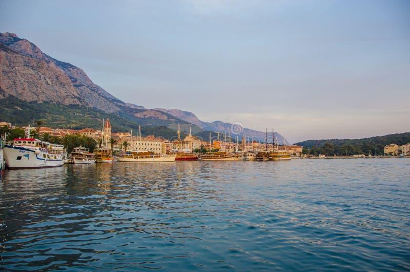 Mar y montaña azules imagen de archivo