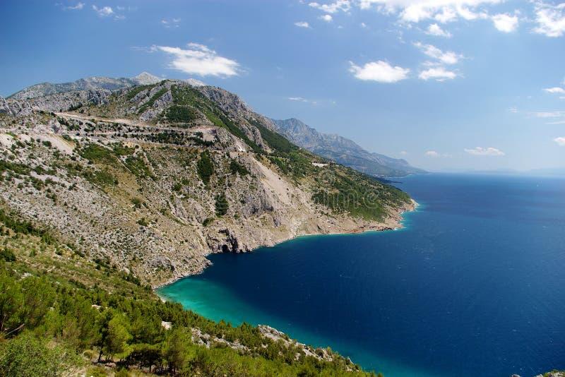 Mar y montañas imagen de archivo libre de regalías