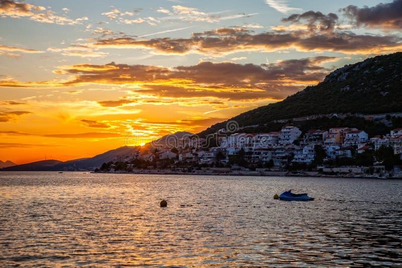 Mar y montañas en la puesta del sol - silueta imágenes de archivo libres de regalías