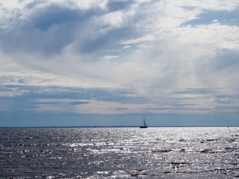Mar y nave imagenes de archivo