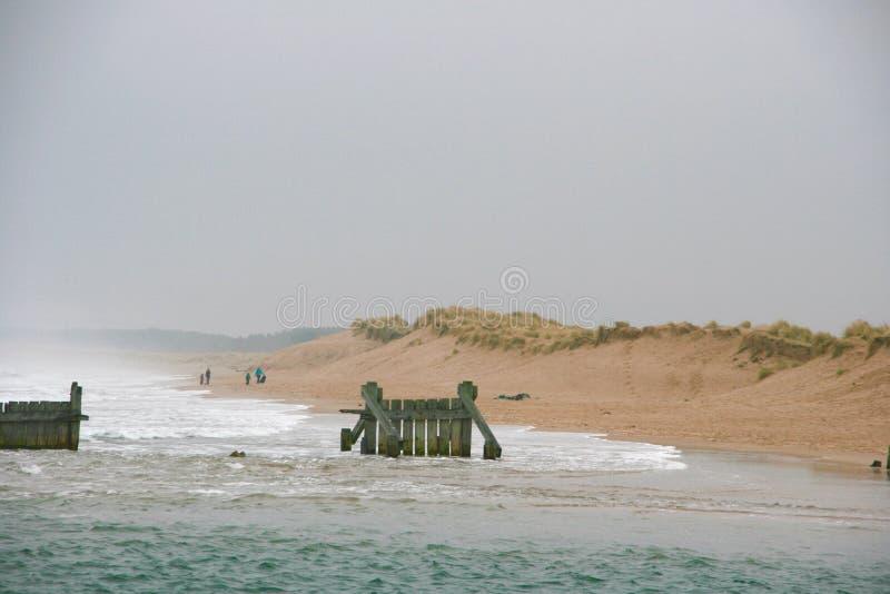 Mar y playa en día hivernal fotos de archivo