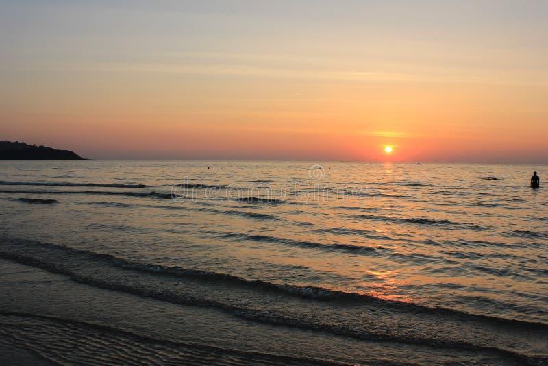 Mar y puesta del sol fotos de archivo