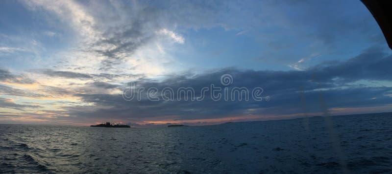 Mar y puesta del sol de Panaramic sobre el océano maldivo en atol del sur del ari imágenes de archivo libres de regalías