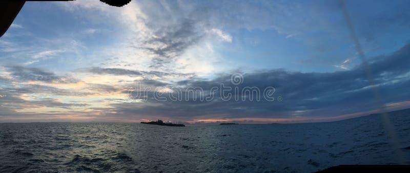 Mar y puesta del sol de Panaramic sobre el océano maldivo en atol del sur del ari fotos de archivo