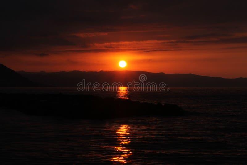 Mar y puesta del sol en pavo imagenes de archivo