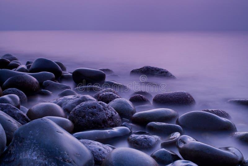 Mar y rocas imagenes de archivo