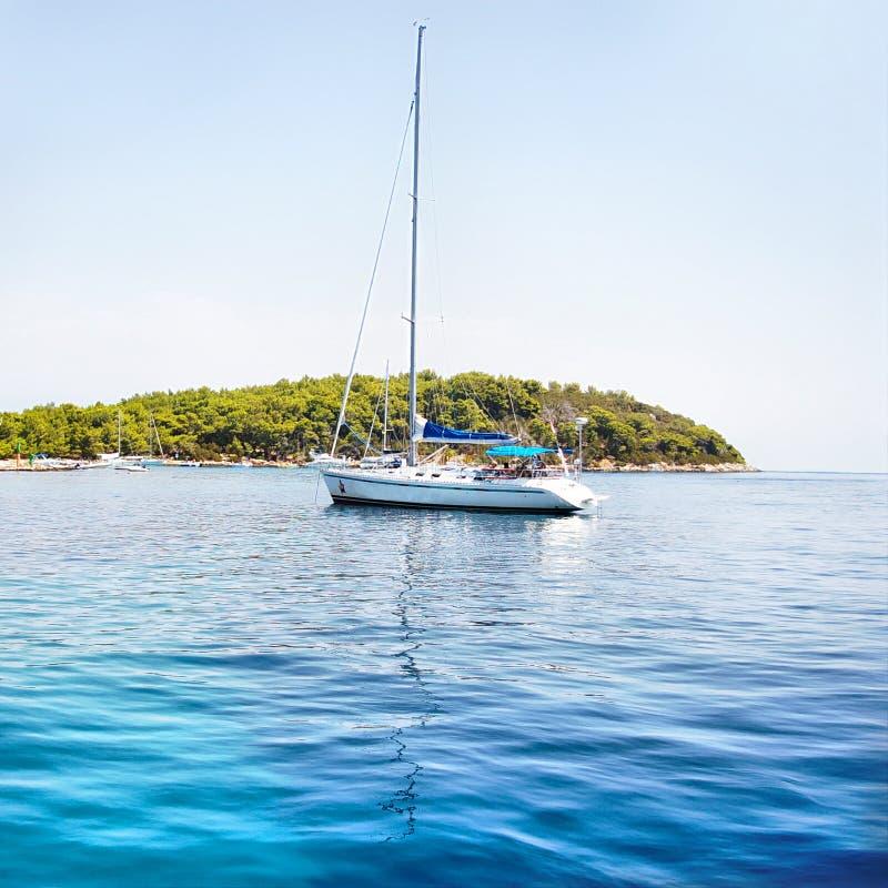 Mar y yate azules imágenes de archivo libres de regalías