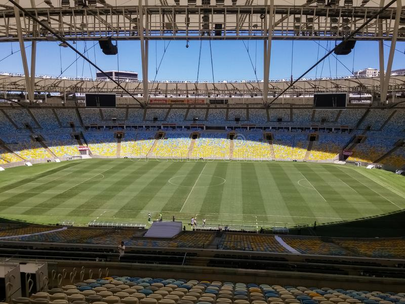 Maracana stadion Detailes fotbollfält, åskådarläktare och modern takstruktur royaltyfria bilder