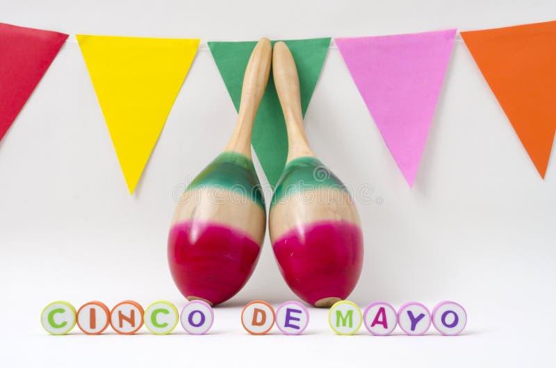 Maracas e bandeiras coloridas para a celebração do de Mayo do cinco