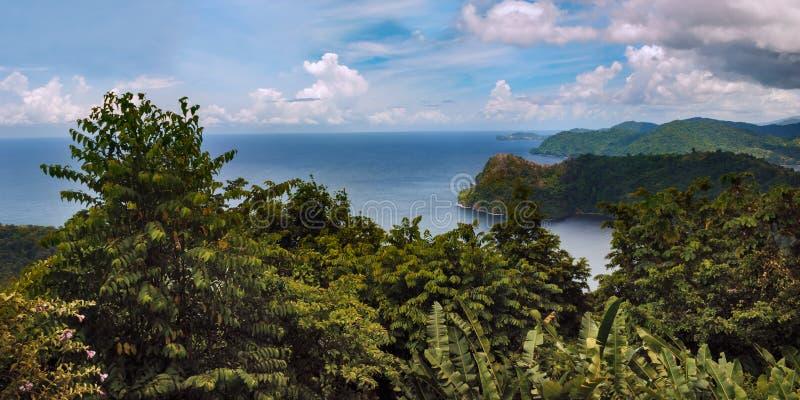 Maracas fjärd i den Trinidad och Tobago sikten från ovanför kullarna. royaltyfri foto