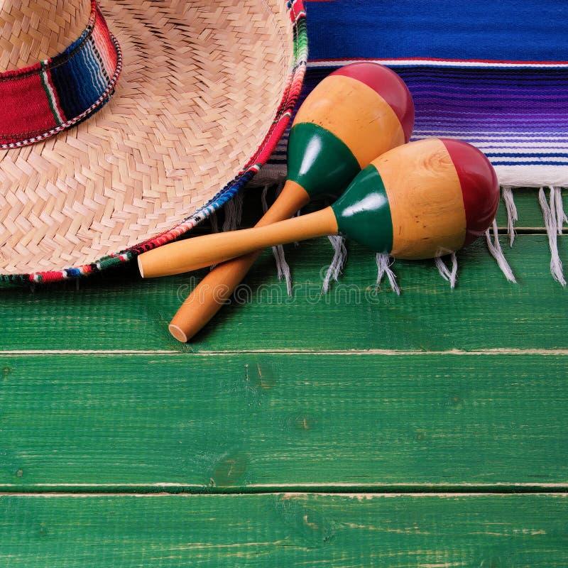 Maracas messicano del sombrero del confine di legno del fondo del de Mayo di cinco del Messico immagini stock libere da diritti