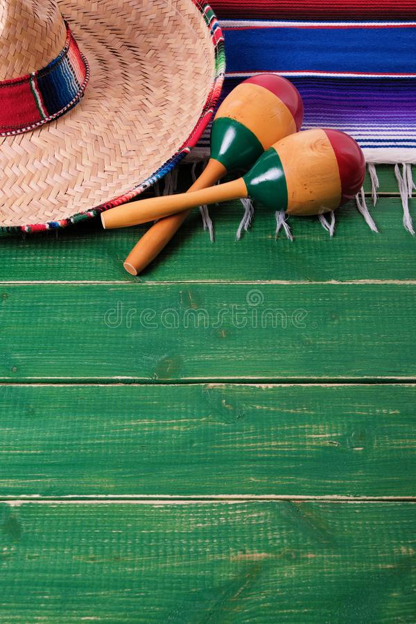 Maracas mexicanos do sombreiro do fundo da beira do de Mayo do cinco de México fotografia de stock royalty free