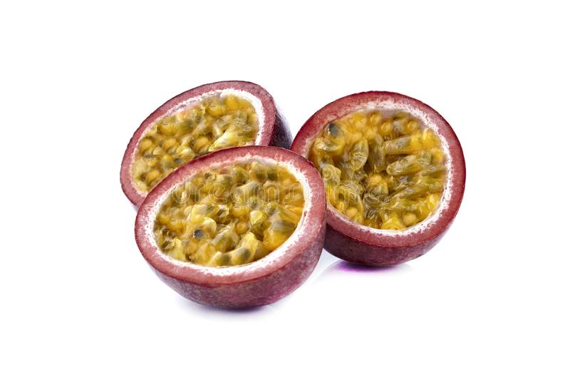 Maracuja f?r Passionfruit passionfrukt som isoleras p? vit bakgrund som best?ndsdel f?r packedesign arkivfoton